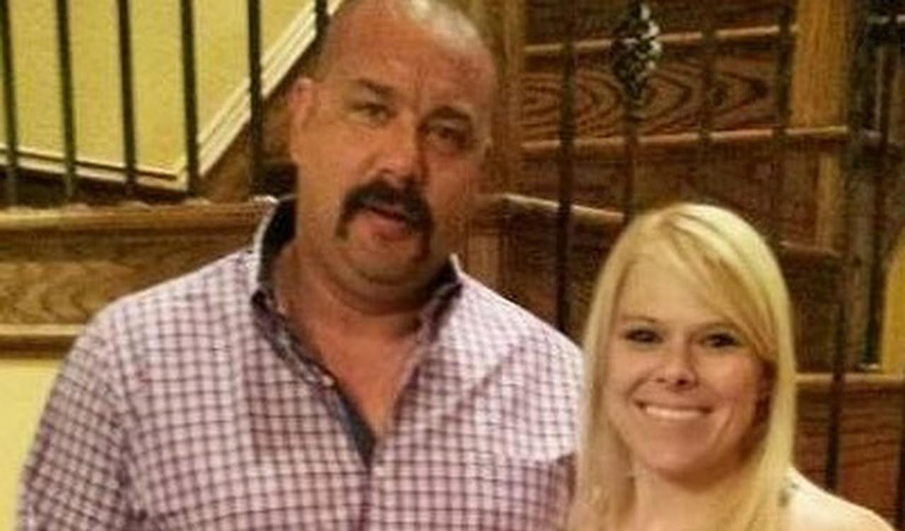 El capitán de bomberos Bob Poynter junto a su esposa Chacey, quien ha sido acusado de su asesinato. (CORTESÍA/FACEBOOK)