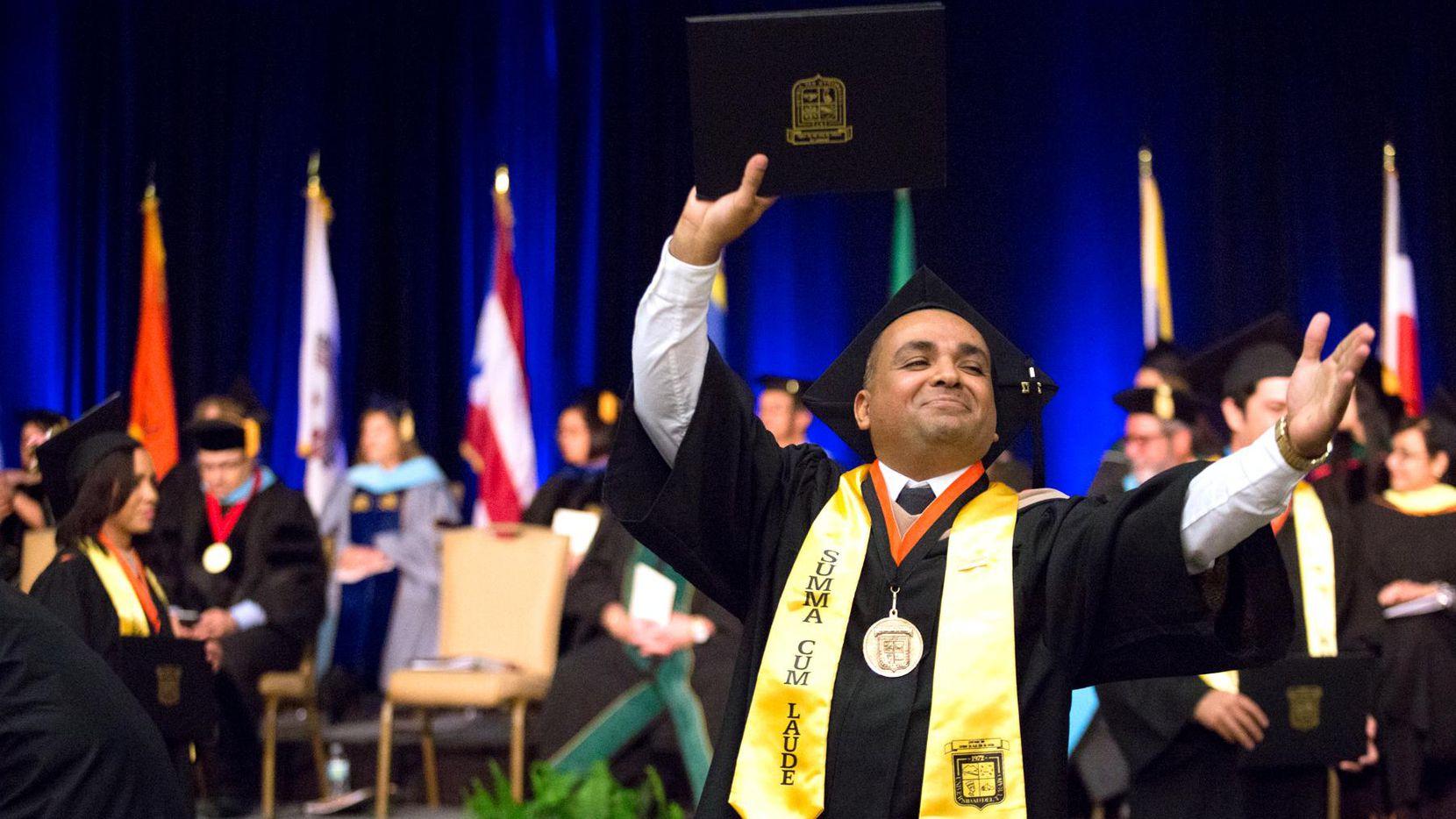 Rubén Estrada, de 43 años, se graduó en contabilidad y con las mayores honores, de la primera generación del colegio Ana G. Méndez.  –MARÍA OLIVAS/ESPECIAL PARA AL DIA