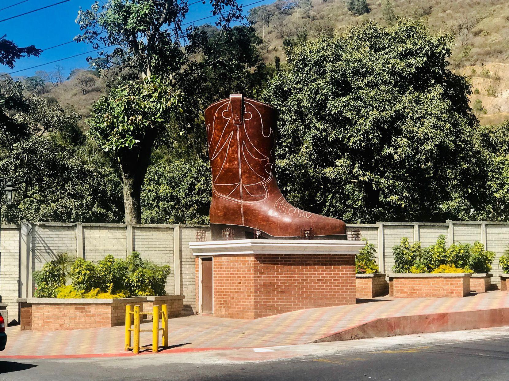 Una estatua de una bota vaquera adorna la entrada de Pastores, Sacatepequez, en Guatemala. ALFREDO CORCHADO