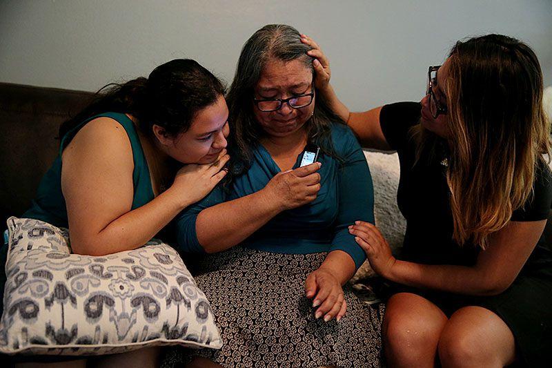 Elia Rosas (centro), es acompañada por dos de sus hijas, al recibir la noticia de la decisión de la Corte Suprema que mantiene el bloqueo a los programas de alivio migratorio del presidente Barack Obama. ANDY/JACOBSOHN/DMN)