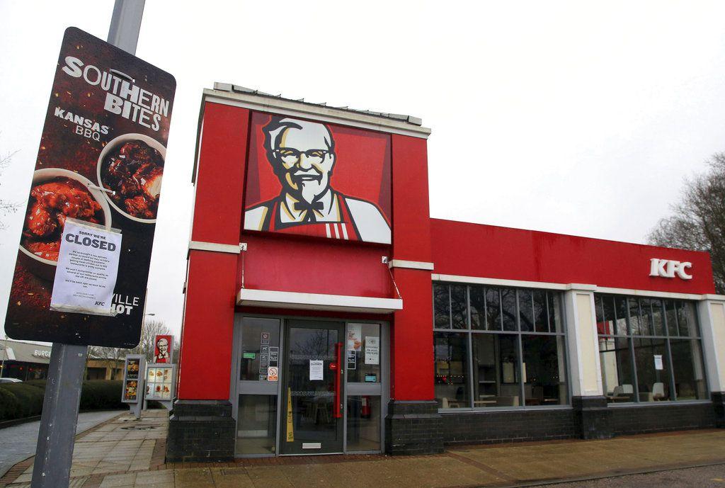 """La imagen muestra un local de KFC con un cartel de """"cerrado"""" cerca de Ashford, Inglaterra, 19 de febrero de 2018. La cadena de comida rápida KFC ha debido cerrar la mayoría de sus 900 locales en Gran Bretaña e Irlanda debido a la escasez de pollo. (Gareth Fuller/PA via AP)"""