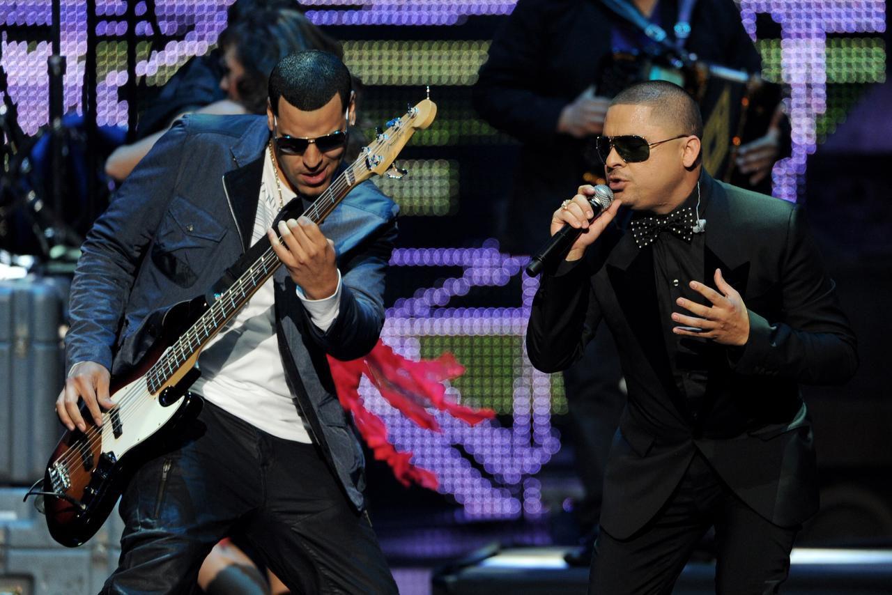 """El cantante Larry Hernández (der.) también es productor de """"Larrymanía"""", que se transmitirá los domingos por NBC Universal.(KEVIN WINTER)"""