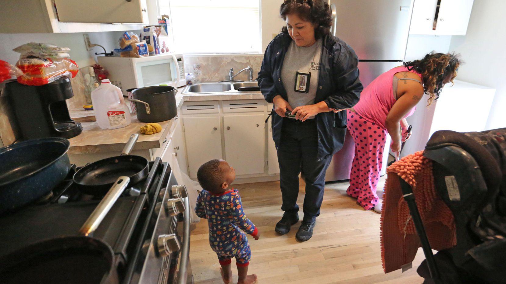 Diana Conde (centro) realiza una inspección en una casa en Hamilton Park, al norte de Dallas. Los caseros de propiedades baratas han logrado evadir el control municipal establecido hace un año. (DMN/LOUIS DeLUCA)