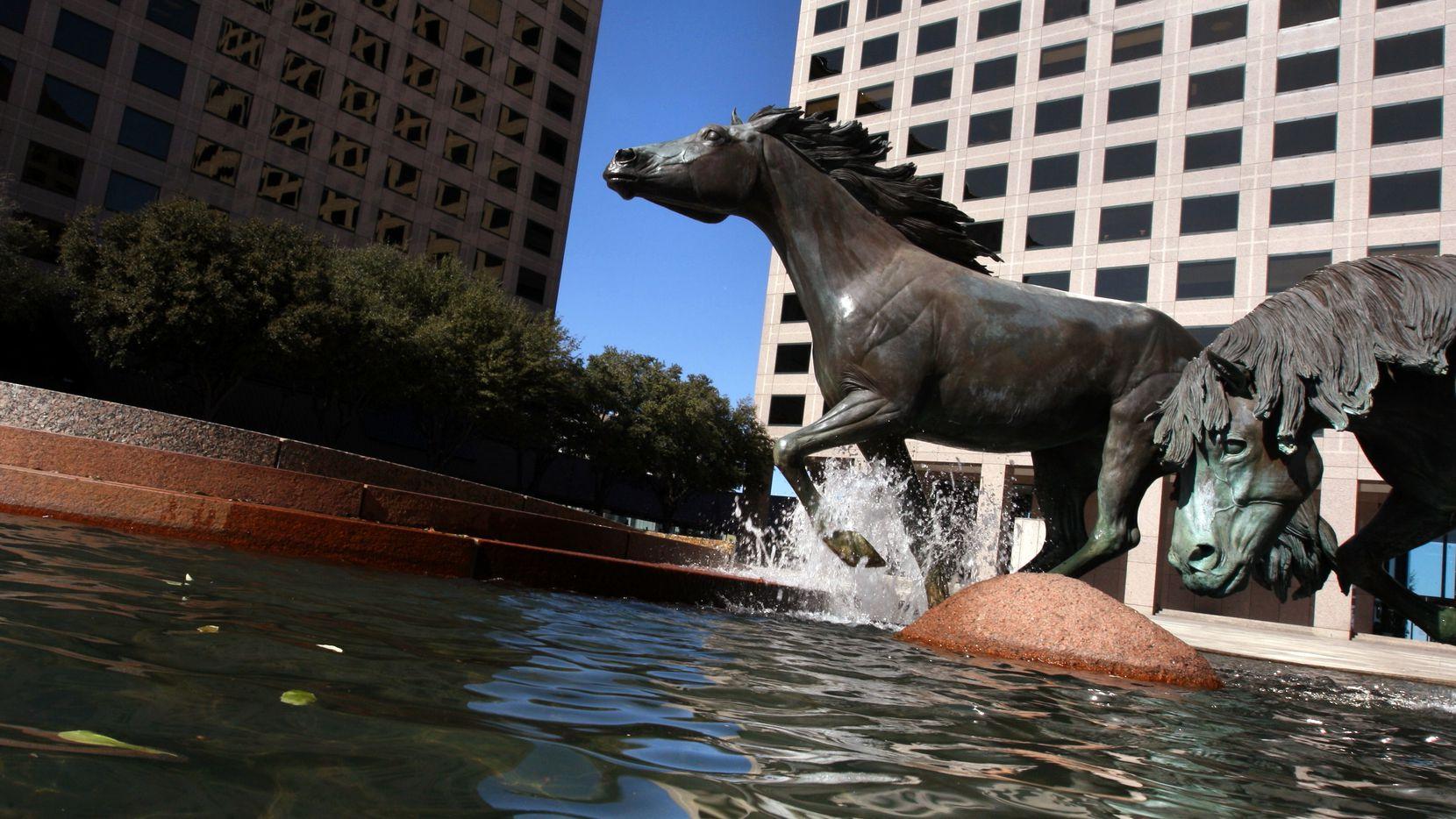 Williams Square en Las Colinas, es sede de una esculturas de caballos Mustangs, que se ha convertido en un símbolo de Irving.