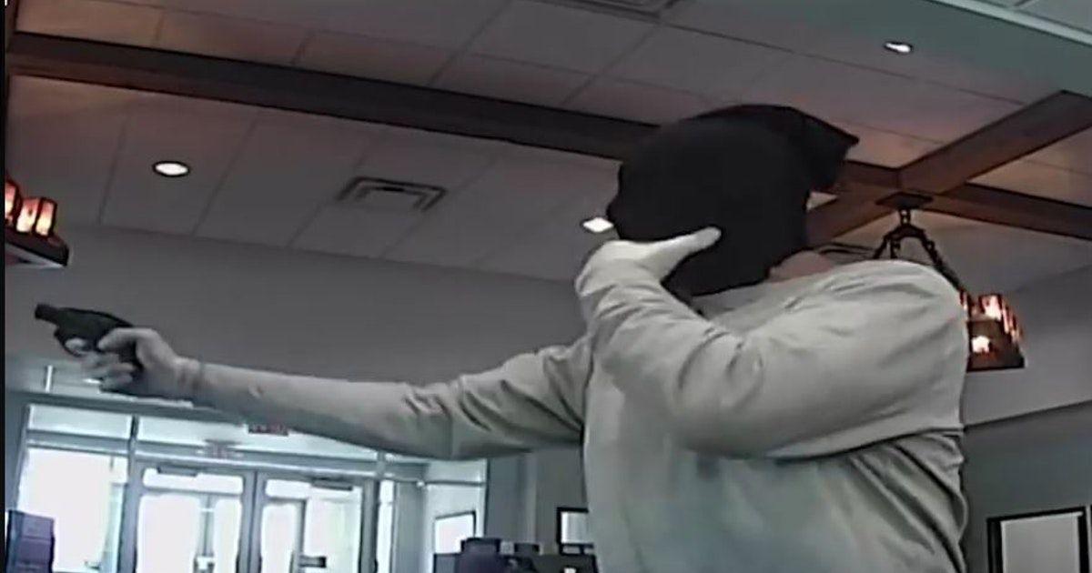 Hombre con unos pantalones leggings en la cabeza roba un banco en Grapevine. Foto DMN