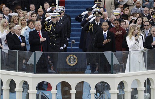 El presidente Donald Trump y el vicepresidente Mike Pence escuchan a la cantante Jackie Evancho interpretar el himno nacional durante su ceremonia de investidura, en Washington, el viernes 20 de enero del 2017. (AP Foto/Patrick Semansky)