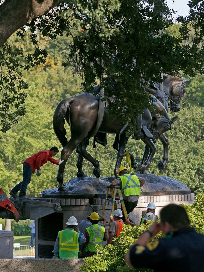 Crew members work to remove the Robert E. Lee statue at Robert E. Lee Park in Dallas, Thursday, Sept. 14, 2017.