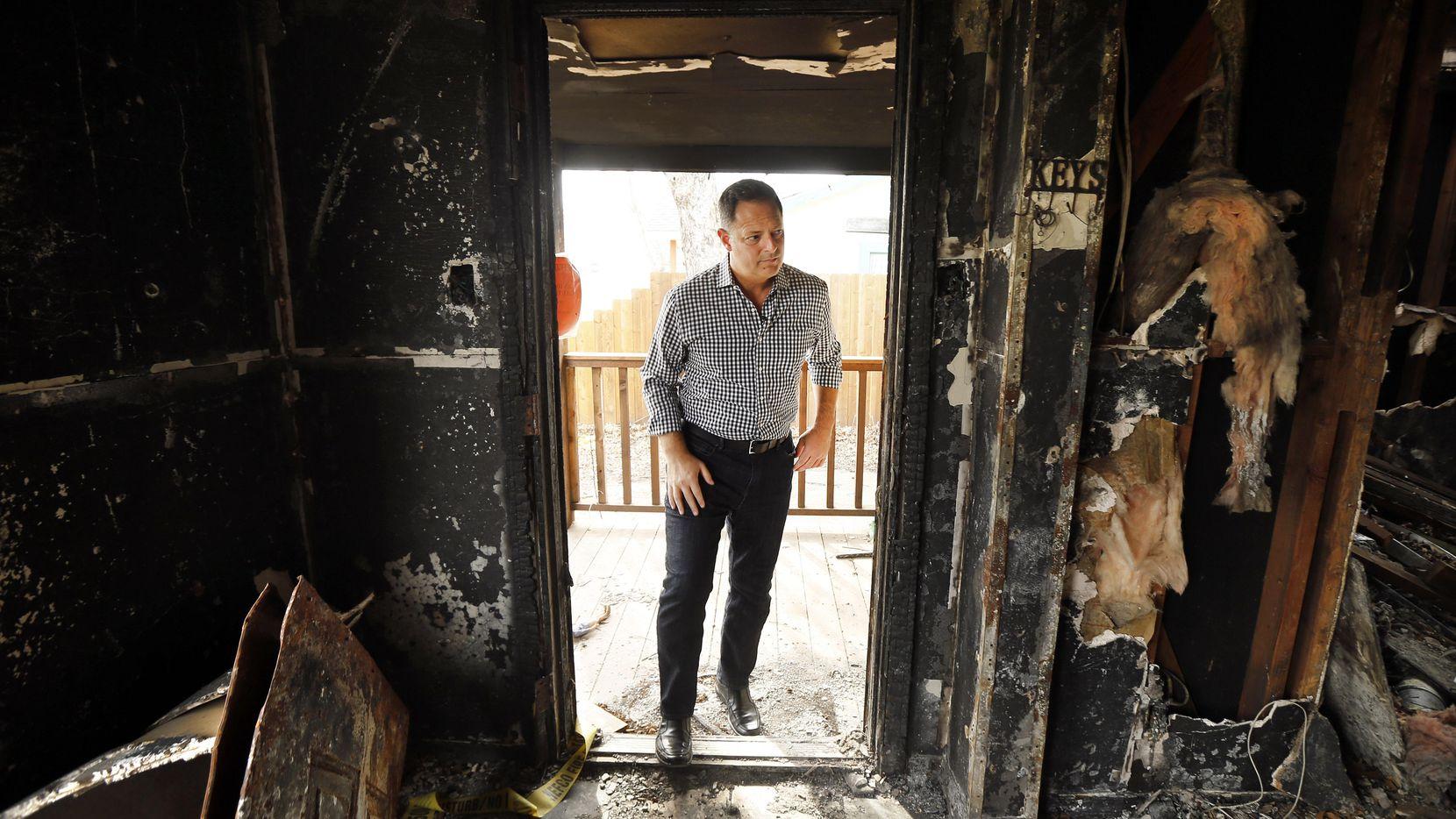 El representante estatal Rafael Anchía entra a una vivienda en Durango Dr. del noroeste de Dallas, la cual se incendió debido auna explosión causada por una fuga de gas en febrero de 2018. (DMN/TOM FOX)