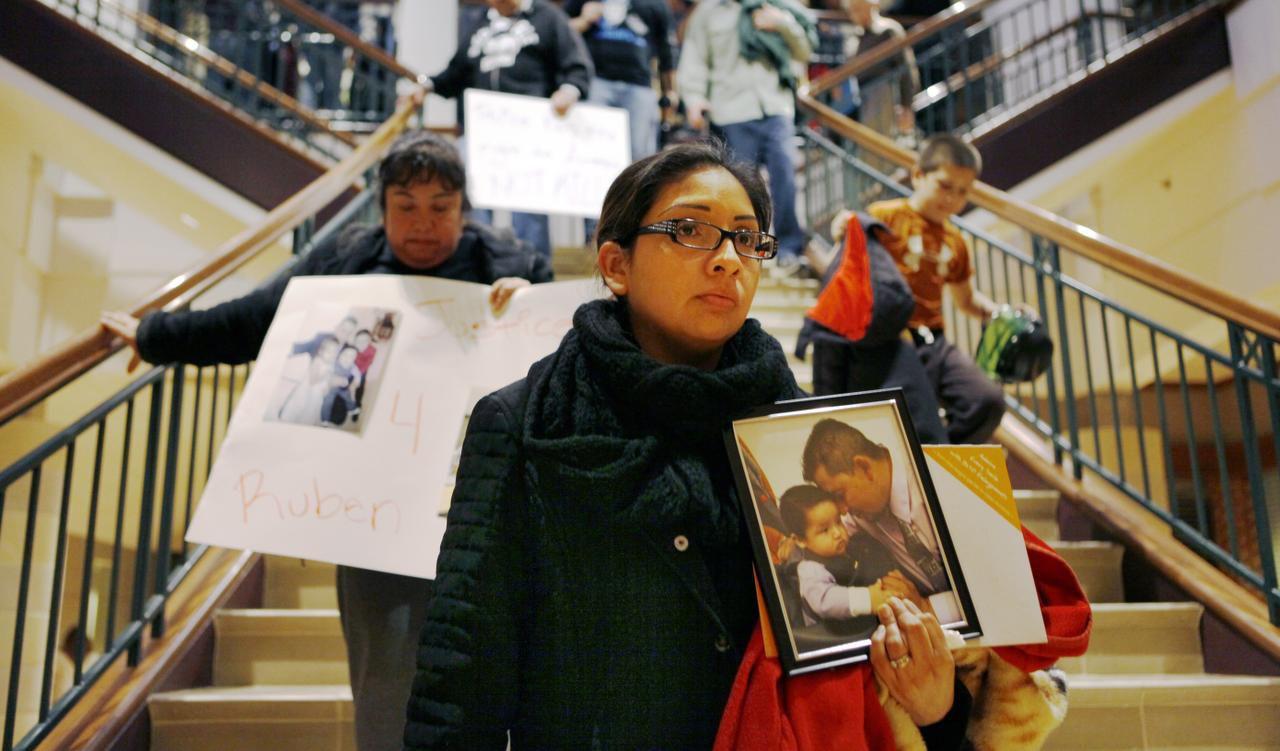 Martha Angélica Romero sostiene una fotografía de su esposo, Rubén García Villalpando, durante una protesta en Grapevine. (ARCHIVO/AL DÍA)