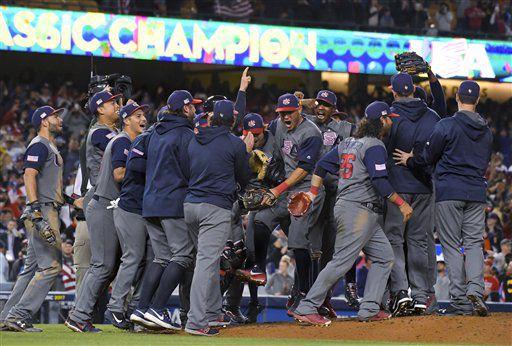 El equipo de Estados Unidos celebra su triunfo por 8-0 sobre Puerto Rico en la final del Clásico Mundial de Béisbol, en Los Ángeles, el 22 de marzo de 2017. (AP Foto/Mark J. Terrill)