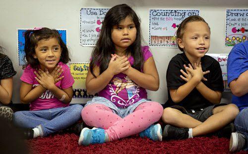 Kathya Rios, Giselle Reyes Y Pablo Molina durante un ejercicio de atención plena (mindfulness). DMN
