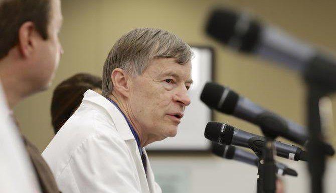 El doctor Phil Smith habla sobre el tratamiento y la muerte del doctor Martin Salia en el Nebraska Medical Center. . (AP/Nati Harnik)