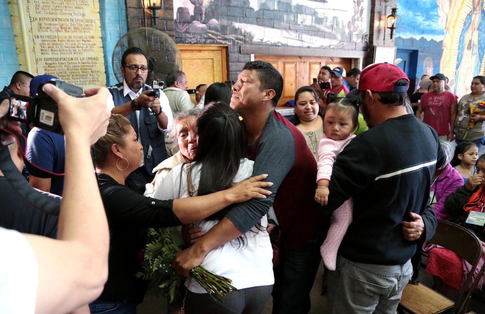 Algunas familias no se habían visto por másde una década. El martes hubo múltiples reuniones familiares en Casa Guanajuato. MARÍA OLIVAS/AL DÍA