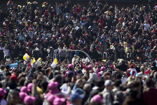 El papa Francisco saluda a la multitud desde el papamóvil en el Zócalo, la plaza principal de la Ciudad de México,/AP
