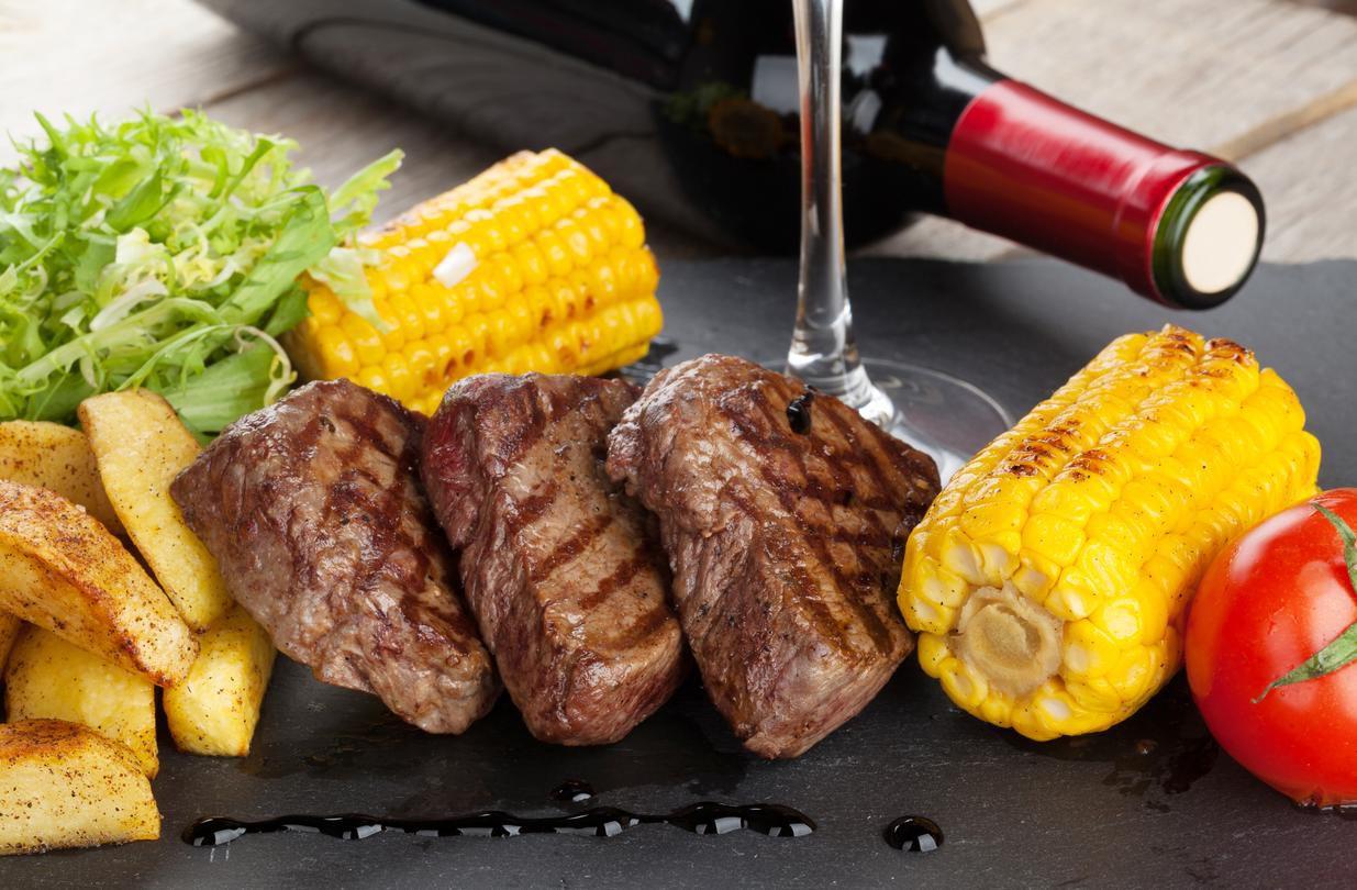 Bistec de carne con elotes asados.(GETTY IMAGES)