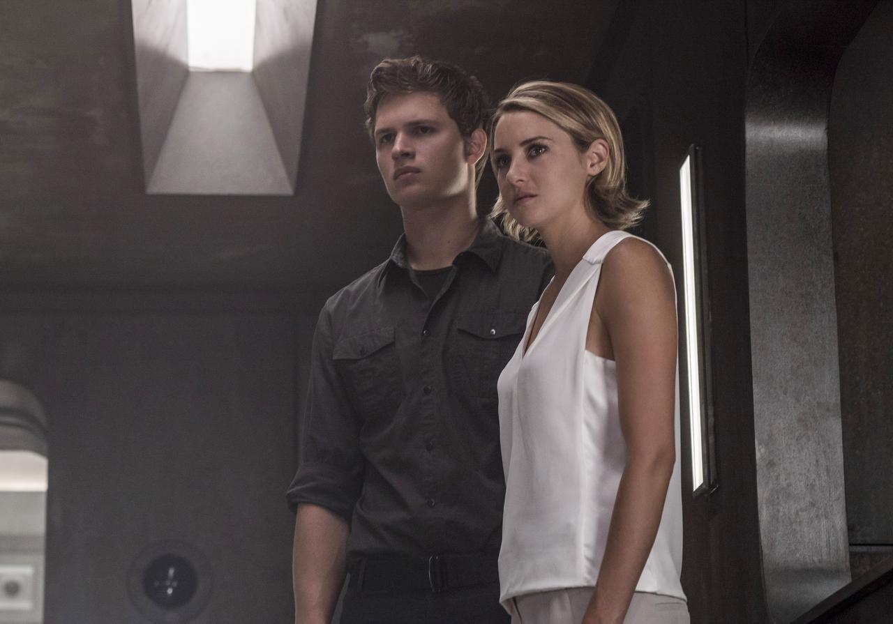 Ansel Elgort, izquierda, y Shailene Woodley en una escena de la cinta 'Allegiant'. (AP/MURRAY CLOSE)