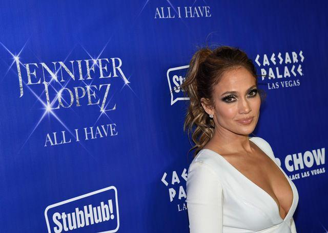 Jennifer Lopez actualmente mantiene una relación con el coreógrafo Casper Smart, quien también luce varios tatuajes. /GETTY IMAGES