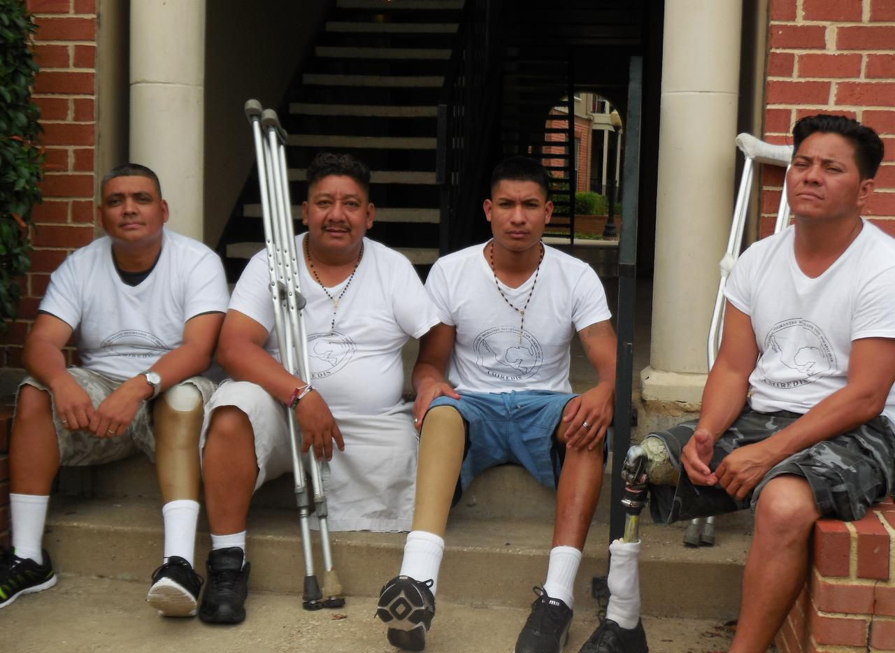 Un grupo de centroamericanos lesionados por el tren de carga mexicano conocido como 'La Bestia' va camino a Washington para exponer su caso ante la Casa Blanca. (KARINA RAMÍREZ/AL DÍA)