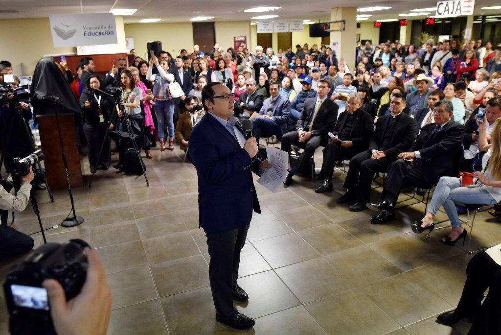 Francisco de la Torre Galindo, cónsul general de México en Dallas habla durante una rueda de prensa en la delegación mexicana. (Por Ben Torres / Especial para Al Día)