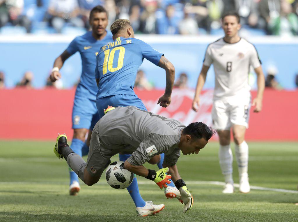 Keylor Navas tuvo varias atajadas clave para Costa Rica en el juego ante Brasil el viernes en San Petersburgo por Rusia 2018. Foto AP