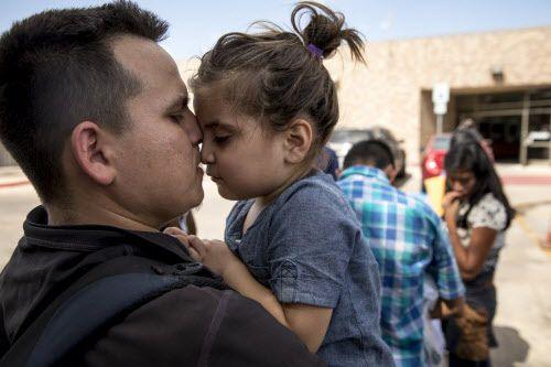 Onan, de 27 años, y su hija Sofía, de 3, en un refugio de McAllen. La presión para procesar casos nuevos en las cortes migratorias hace retrasar aún más los casos antiguos. NYT