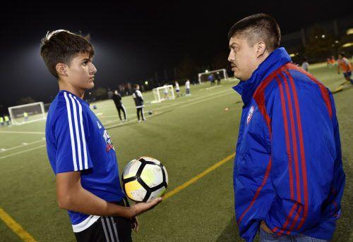Luis Rangel junto a su padre. Foto Ben Torres para Al Día