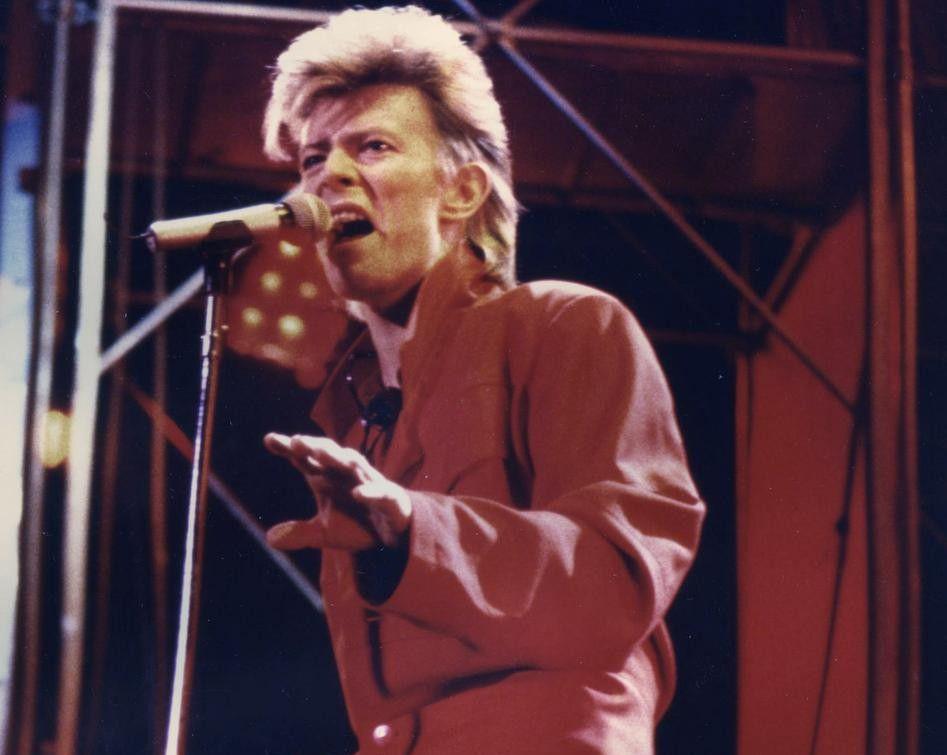David jugó con la ambigüedad sexual durante su carrera. A momentos era femenino o masculino, muchas veces ambos juntos. Esta imagen es de 1987 en el Reunion Arena, de Dallas, durante el Glass Spider tour, donde retomó sus temas de la era de Ziggy Stardust.(ARCHIVO DMN)