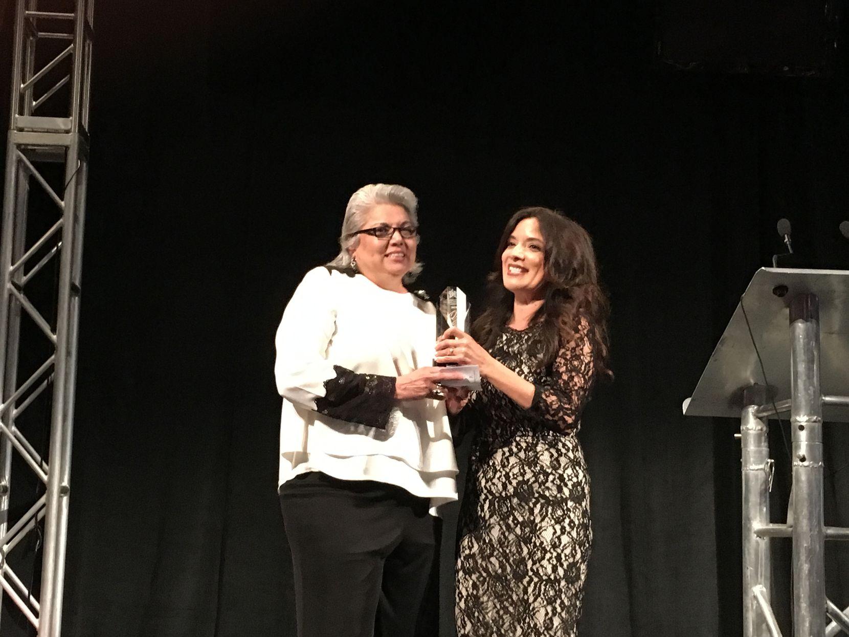 Tommi Lyle (izq.), del Distrito Escolar de Dallas, recibió el Chairwoman's Award por parte de Wanda Granier. (KARINA RAMÍREZ/AL DÍA)