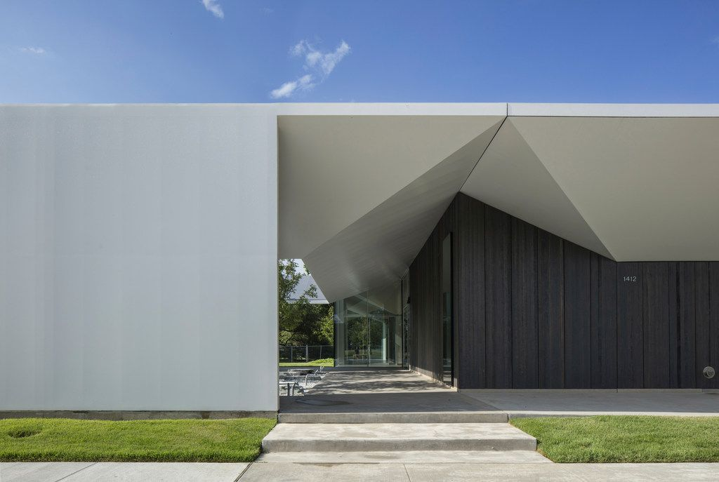 Detail of South Elevation and West Courtyard of the Louisa Stude Sarofim Building housing the Menil Drawing Institute, at the Menil Collection in Houston, Texas. Johnston Marklee, architects; Michael Van Valkenburgh Associates, landscape architects