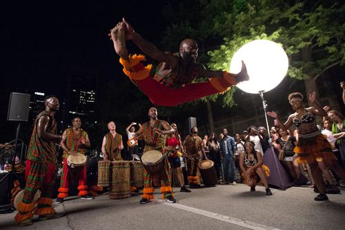 El conjunto de danza Bandan Koro African Drum tocaba en la Arts District Block Party el 16 de junio, 2017 afuera del museo de arte de Dallas. (Jeffrey McWhorter/Special Contributor)
