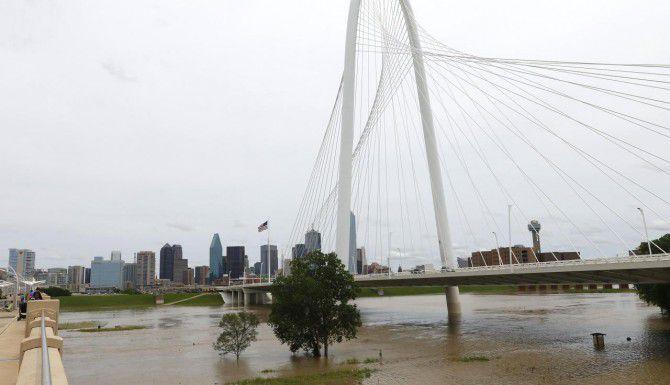 Así lucían las inmediaciones del río Trinity en el centro de Dallas este fin de semana, y funcionarios advierten acerca de nuevas inundaciones. (DMN/MICHAEL REAVES)