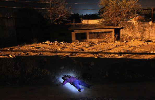 """ACAPULCO, MÉXICO. El cadáver de un hombre asesinado en una supuesta ejecución relacionada con las drogas es hallado en una vereda el 1 de marzo de 2012. """"Acapulco era una ciudad conocida como un destino turístico internacional y ahora tiene una de las tasas de asesinatos más altas en México. Cuando estuve allí hubo una docena de ejecuciones todos los días. Estaba trabajando con un periodista local y tengo que decir que son ellos quienes están bajo el control de los narcos todo el tiempo. Yo me expuse a un riesgo limitado pero salí con relativa seguridad"""". Foto: John Moore / Getty Images."""