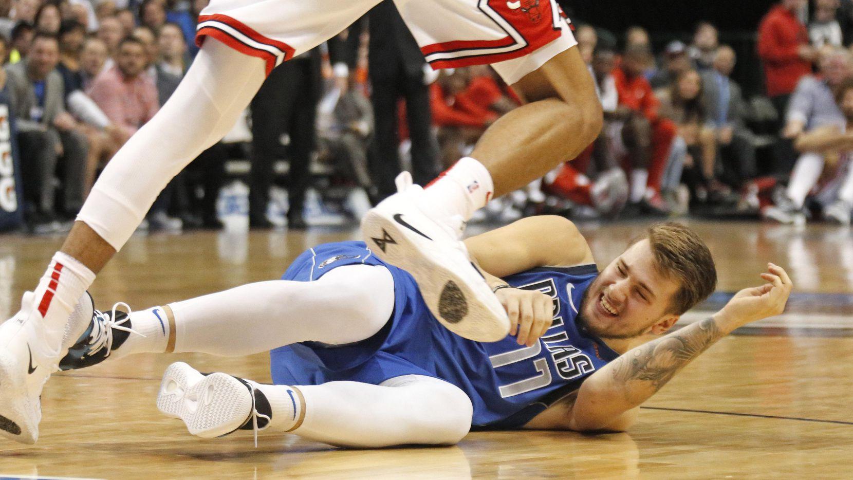 Luka Doncic (77) mostró algo más que su habilidad física en la victoria de los Mavs sobre los Bulls el lunes en Dallas. (DMN/Louis DeLuca)