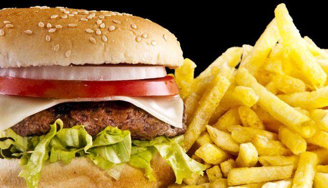 La grasa y el azúcar de la comida chatarra afectan el aprendizaje.(iSTOCK)