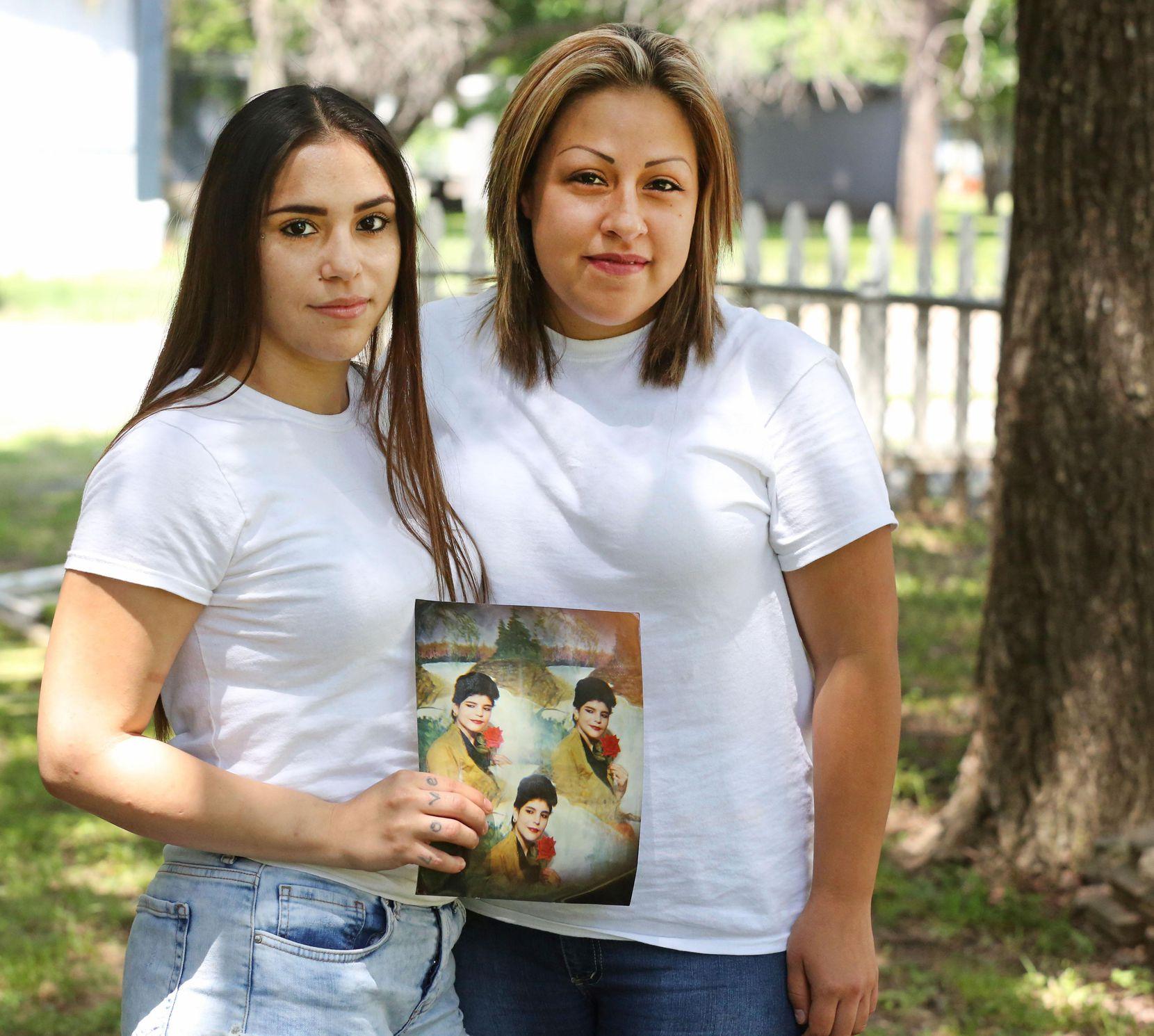 Daisy Serrano (izq.) y su prima Dulce Domínguez, junto a na foto de su madre, quien fue asesinada en 1996. DMN