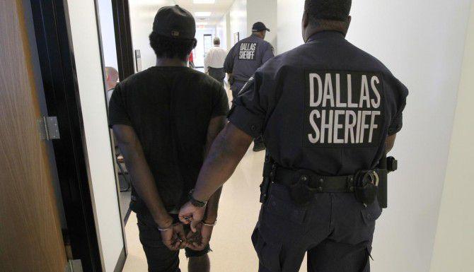 Funcionarios del condado de Dallas quieren adquirir cámaras portátiles para documentar los arrestos de sospechosos. (DMN/ARCHIVO)