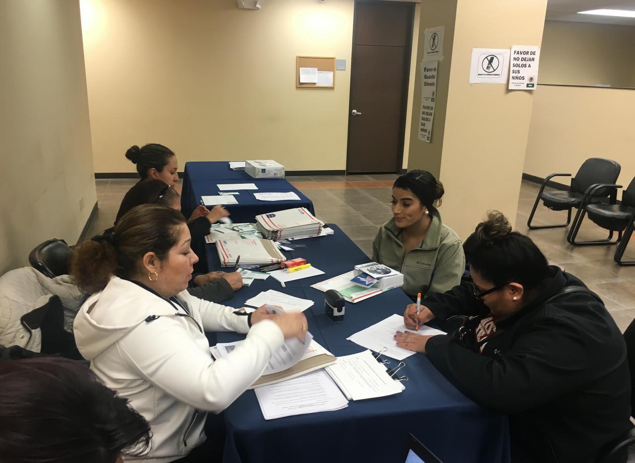 Voluntarios ayudan durante una clínica de ciudadanía en el consulado mexicano en Dallas el 6 de febrero del 2016. (ARCHIVO/AL DÍA)