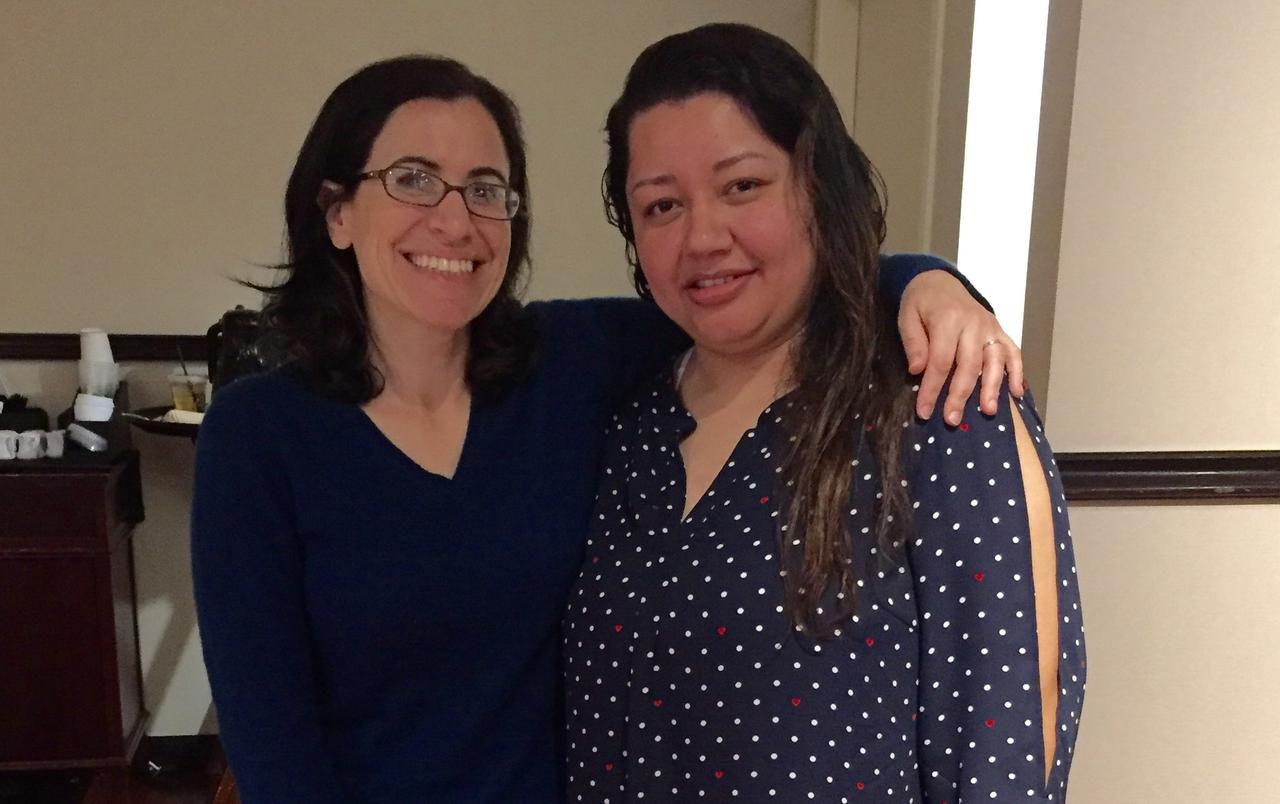 La abogada de Fatma Marouf y Sara Beltán, en el consulado salvadoreño en Dallas. (CORTESÍA/FATMA MAROUF)