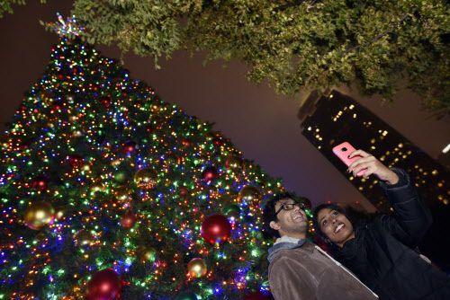 Luego de encenderse el árbol fue la oportunidad de tomarse selfies.