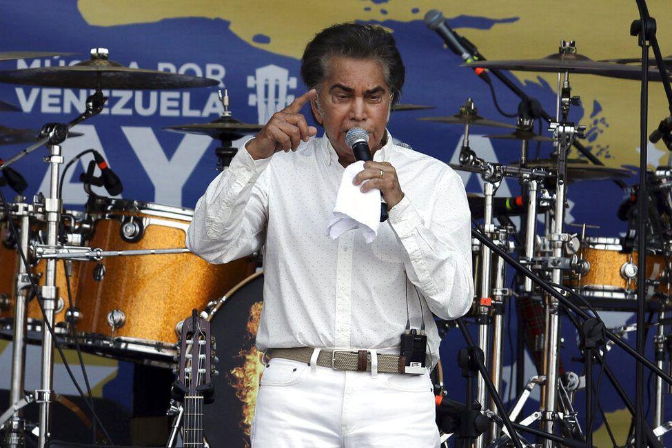 """""""El Puma"""" José Luis Rodríguez participa en el concierto """"Venezuela Aid Live"""" en la ciudad fronteriza colombiana de Cúcuta, el viernes 22 defebrero de 2019. (AP Foto/Fernando Vergara, Archivo)"""