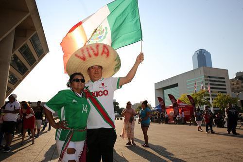Alrededor de 2,500 personas festejaron El Grito desde la esplanda de la alcaldía de Dallas el año pasado. (ESPECIAL PARA AL DÍA/OMAR VEGA)