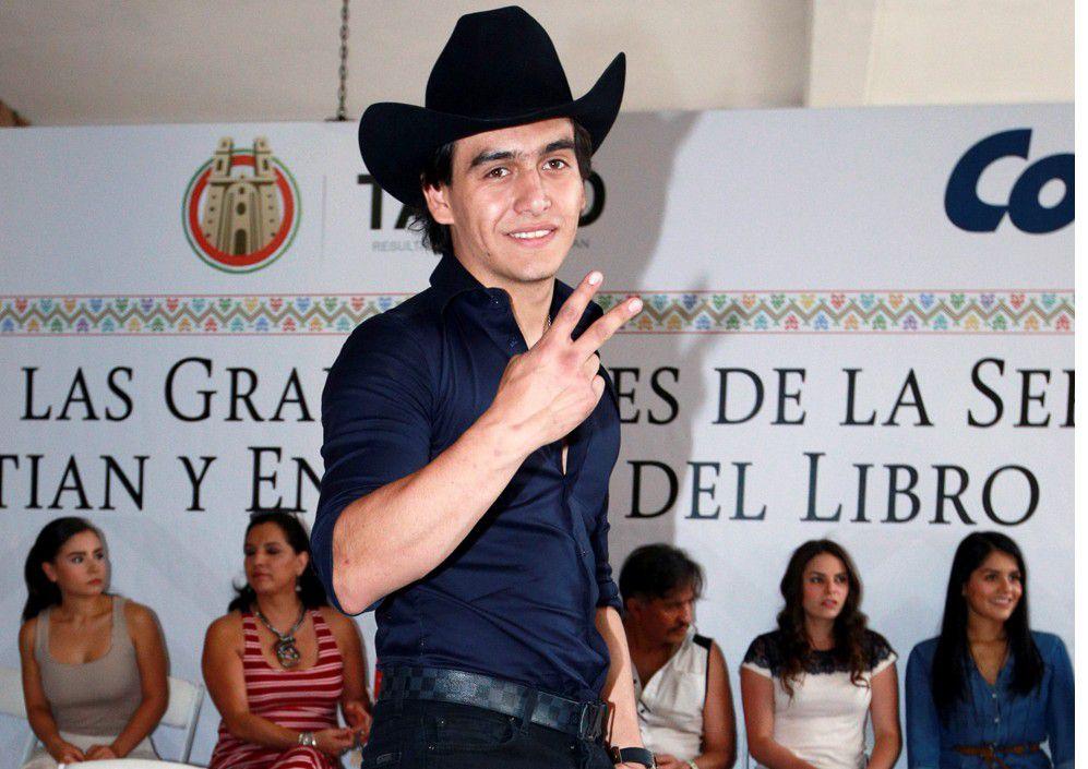 Michelle Pérez, quien padece cáncer de estómago, tenía la ilusión de bailar su vals de quinceaños con Julián Figueroa (foto), y a través del diseñador Mitzy y la Fundación Junior pudo lograr su anhelo.