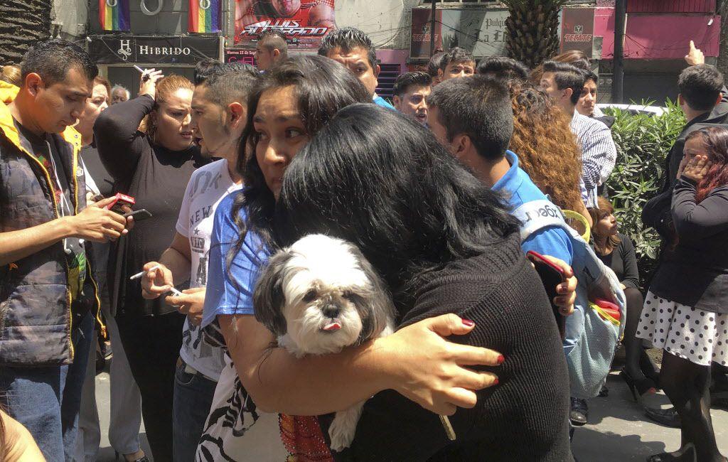 Mujeres se abrazan en la calle después de un terremoto en la Ciudad de México, el martes 19 de septiembre de 2017. (AP Foto/Eduardo Verdugo)