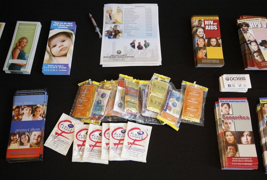 Panfletos sobre contracepción, embarazo y enfermedades de transmisión sexual durante una feria para prevenir el embarazo adolescente, extremadamente elevado entre jóvenes bajo cuidado tutelar. (ARCHIVO/DMN)