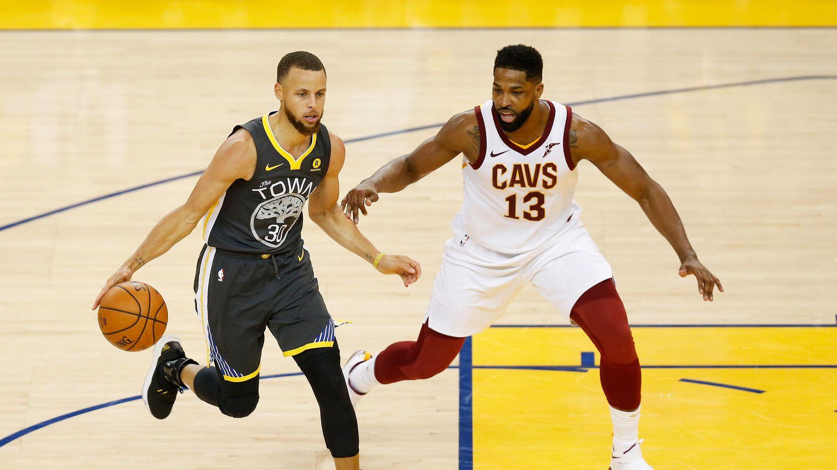 Stephen Curry (izq.) y Golden State han ganado los dos primeros partidos de la serie final de la NBA ante Cleveland. (Getty Images/Lachlan Cunningham)