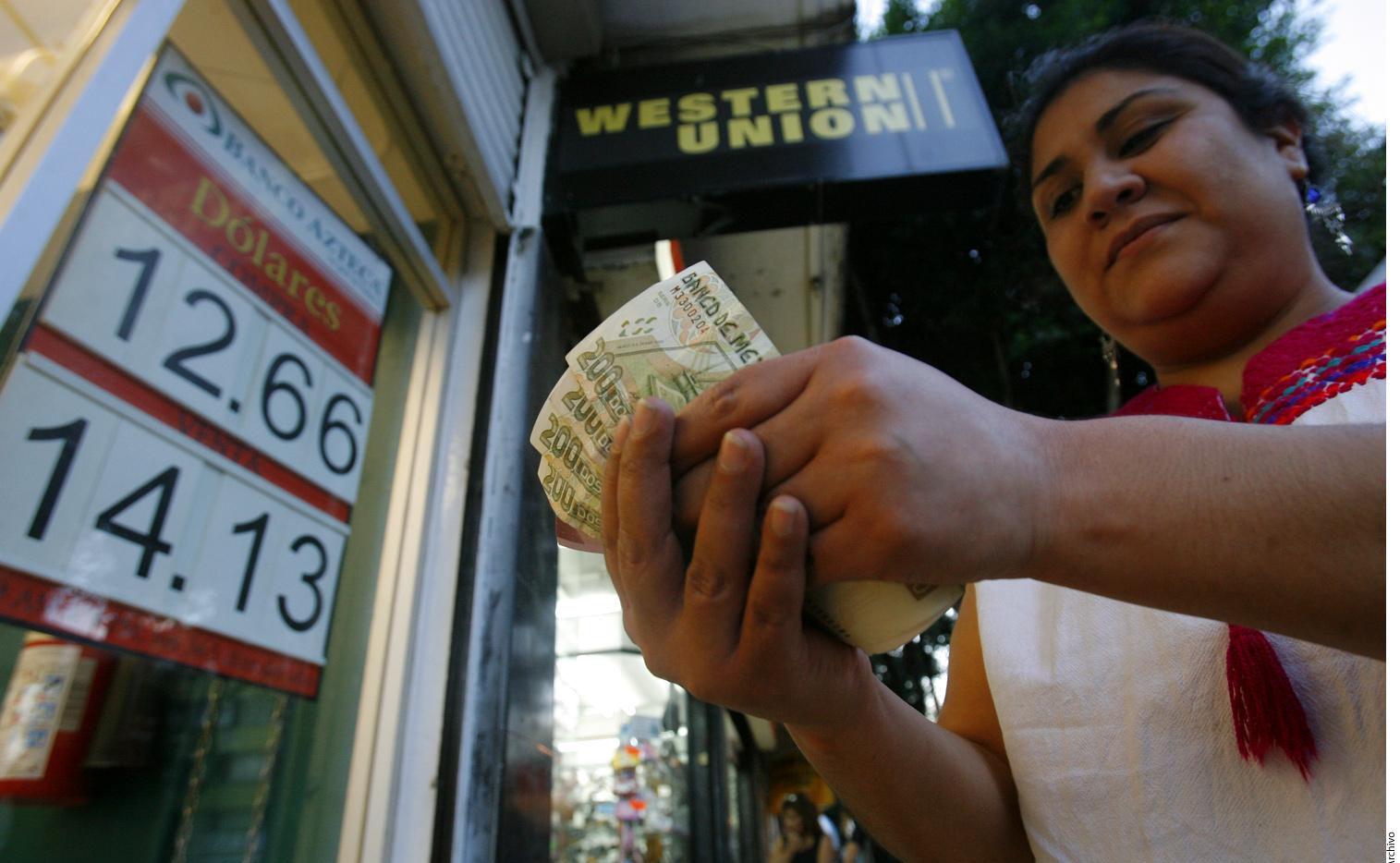 Una mujer retira dinero enviado desde Estados Unidos en un establecimiento en la Ciudad de México.(AGENCIA REFORMA)