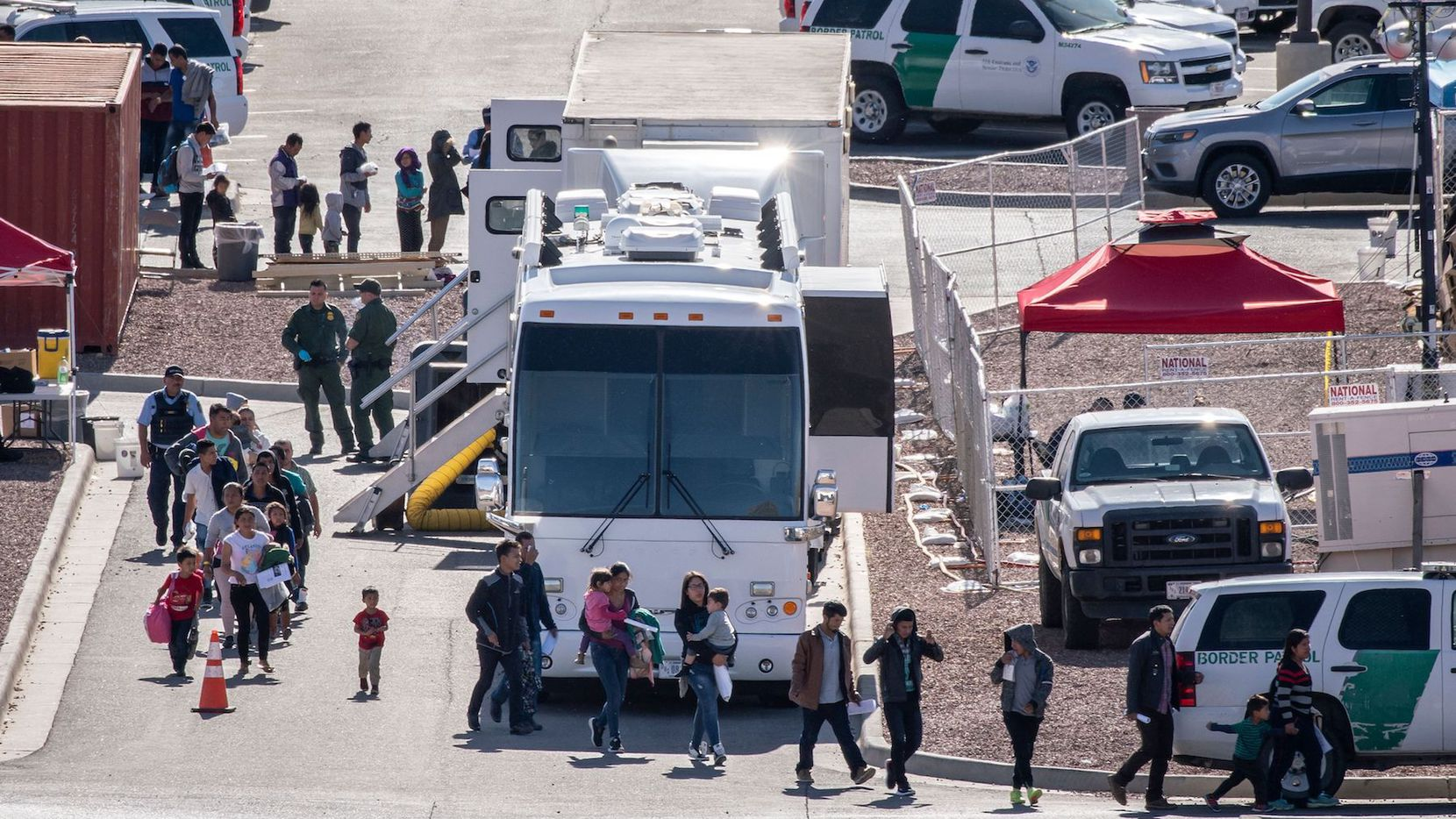 Inmigrantes son transportados a un centro de detención en El Paso. (PAUL RATJE/AFP/Getty Images)