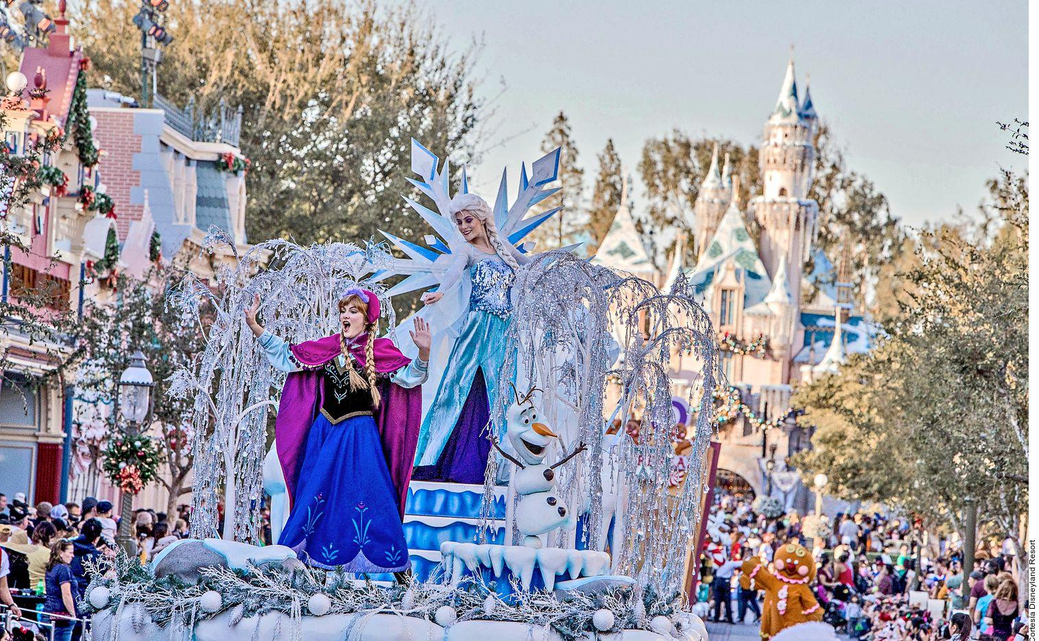 En Disney California Adventure, en Estados Unidos, los asistentes se toparán con Anna y Elsa, tras un cálido saludo no puede faltar la foto del recuerdo en el Royal Welcome.