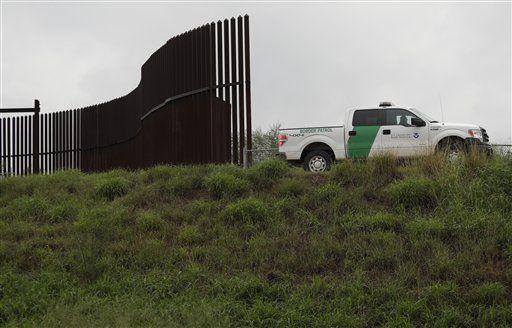 En esta fotografía de archivo del 13 de noviembre de 2016, un agente de la Patrulla Fronteriza pasa a lo largo de una sección de muro fronterizo en Hidalgo, Texas. Los prototipos para ampliar el muro en la frontera con México han sido demorados hasta noviembre porque dos compañías objetaron el proceso de licitación, informó el gobierno de Donald Trump el jueves 27 de julio de 2017. (AP Foto/Eric Gay, archivo)