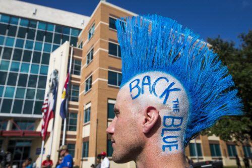 Brian Schober muestra su apoyo a la policía de Dallas.